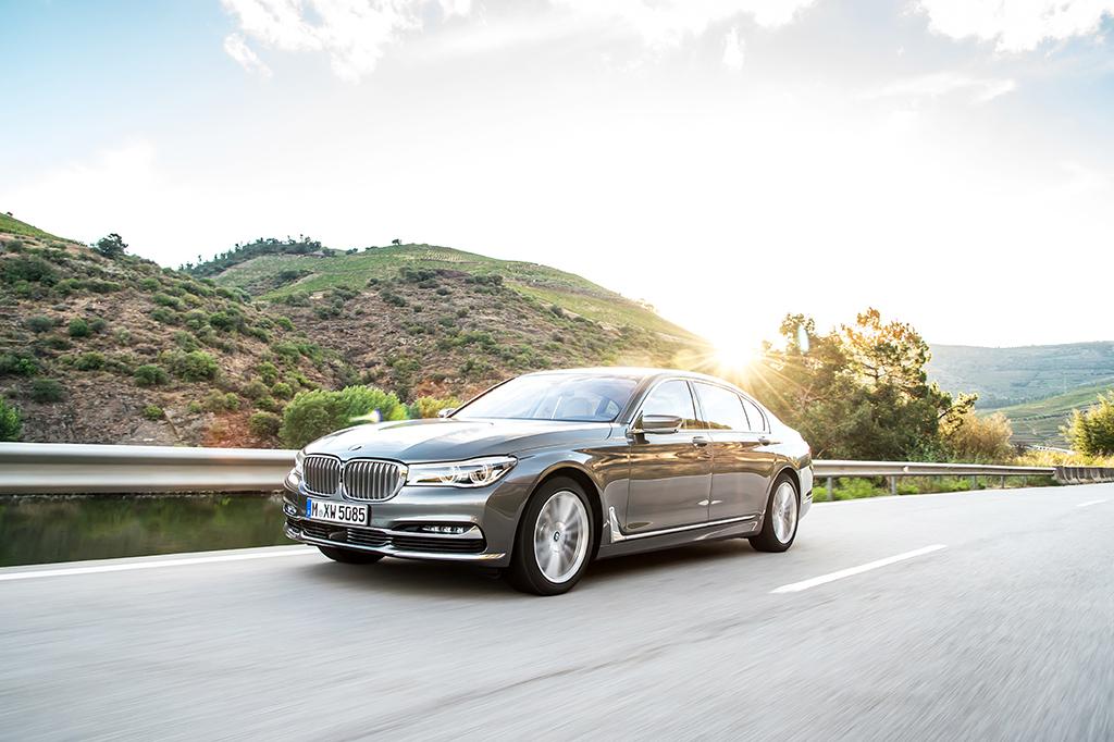 BMW 7 front rijdend
