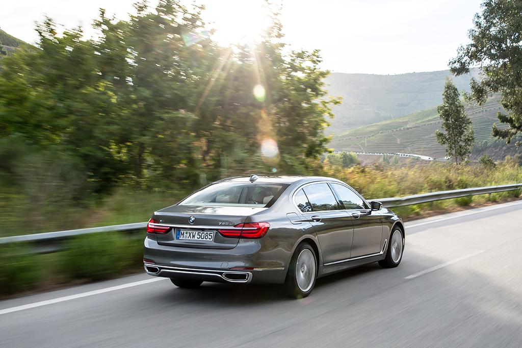 BMW 7 rijdend achterkant
