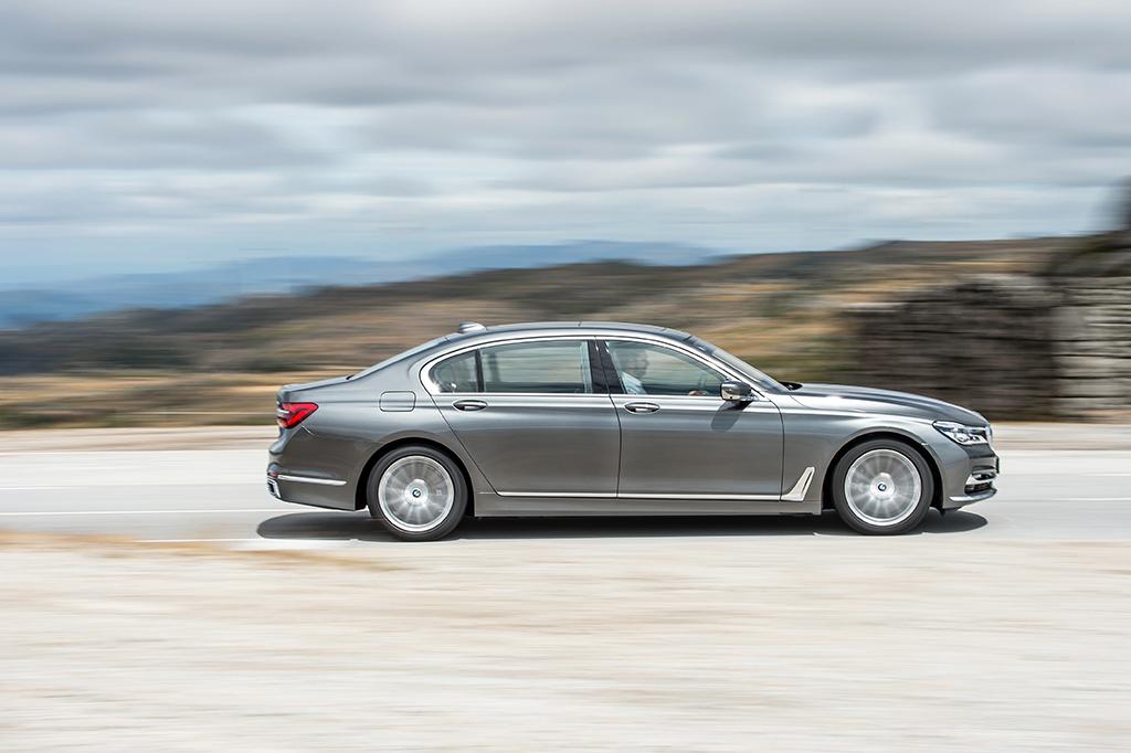 BMW 7 rijdend flank
