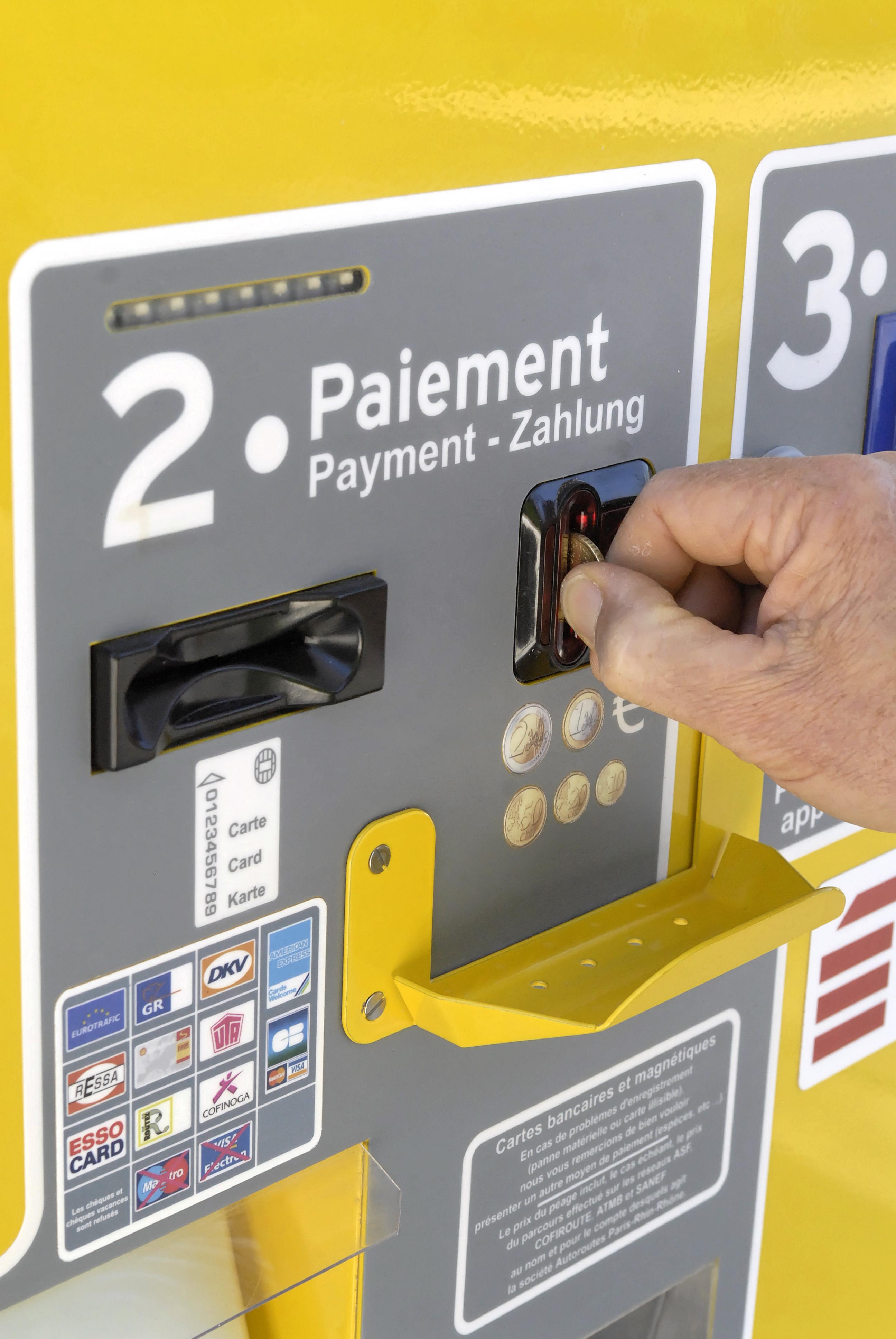 Sur certains péages, des bornes automatiques permettent de payer en liquide