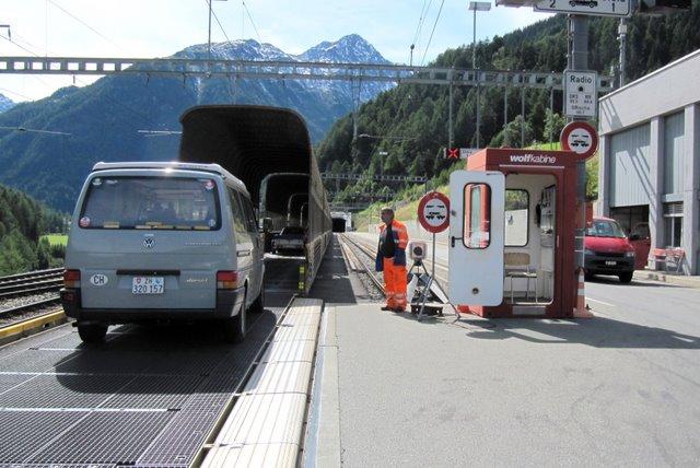 La formule train-auto est utilisée pour plusieurs tunnels en Suisse.