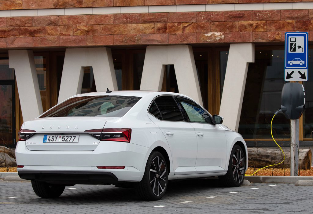 Test: Skoda Superb iV PHEV - AutoWereld 2020