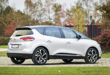 De vierde generatie Renault Scénic gooit zijn uiterlijk wat meer in de strijd om klanten over de streep te trekken. De hamvraag is dan natuurlijk of dat niet ten koste ging van zijn functionaliteit...