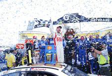 Dale Earnhardt Jr. wint NASCAR-spektakel in Martinsville