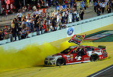 Kevin Harvick kampioen na waanzinnige NASCAR-finale