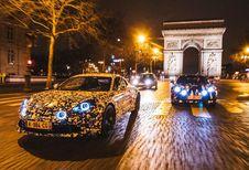 Alpine berlinetta rijdt rond in Parijs