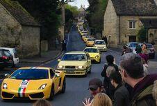 Optocht van gele auto's als antwoord op vandalisme