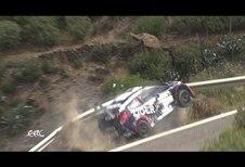 Une glissière de sécurité retient une voiture de rallye