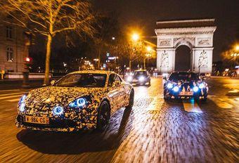 Alpine berlinetta rijdt rond in Parijs #1