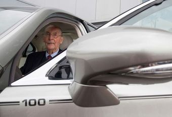 Lexus schenkt een LS 600h aan een honderdjarige #1