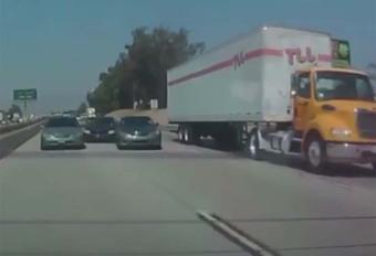 INSOLITE – Victime d'une course, il termine sous un camion #1