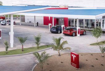 Tesla : un drive-in rétro pour la recharge #1