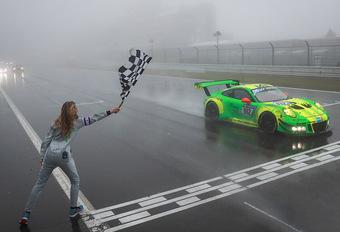 De door Richard Lietz, Frédéric Makowiecki, Patrick Pilet en Nick Tandy bestuurde Porsche 911 GT3R van Manthey Racing heeft de 24 Uur van de Nürburgring gewonnen na een alweer bewogen wedstrijd. Bekijk de hoogtepunten.
