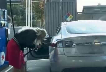 INSOLITE – Elle tente de remplir sa Tesla avec de l'essence ! #1