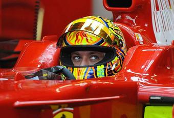 MotoGP-ster Valentino Rossi probeert het op 4 wielen #1