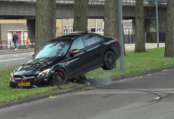BIZAR – Hij crasht zijn AMG C 63 al driftend in de stad #1