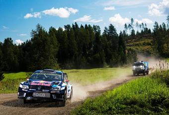 WRC-ster Jari-Matti Latvalla moet alle zeilen bijzetten om zijn VW Polo uit de klauwen van de machtige Kamaz Dakar Rally Truck te houden.